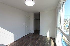 【寝室】ウォークインクロゼットを配した明るく開放的な寝室。