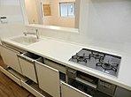 【A号棟】 L字型キッチン採用で作業スペースが広く、快適にお料理ができます。バルコニーは2階と3階の2箇所にあり、お洗濯はもちろんガーデニングもお楽しみいただけます。