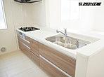 システムキッチン(人造大理石、浄水機能付混合水栓)