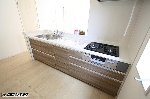 【【システムキッチン】】あたたかみのあるお色が素敵なキッチンです。