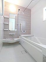 窓がついて換気や採光を取り入れていただける清潔な空間の浴室。