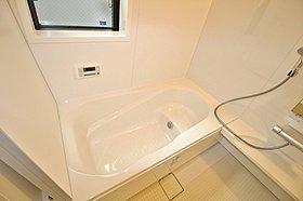 三面鏡にハンドシャワー付き、使いやすい洗面台!