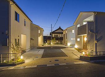 クルドサックを中心に、4邸のお家をあかりが灯す街並み/現地撮影