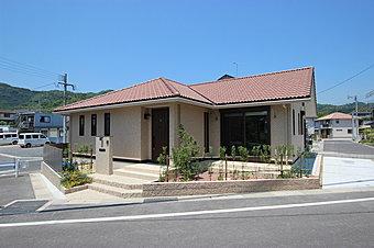 ずっときれいが続くメンテナンスフリーのタイル貼りの平屋邸宅。