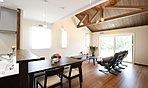 天井が高く、広々とした開放的な空間。効果的に配置したダウンライトが、優雅でリラックスした空間を演出します。