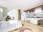 【PLAN:アリーナ】両側からキッチンに向えるフルフラットキッチンを備えたプラン。(K-11号棟モデルハウス)