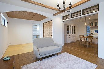 床には無垢材、壁は100%天然漆喰を使用(2号地)