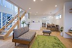 床には無垢材、壁は100%天然漆喰を使用(4号地)
