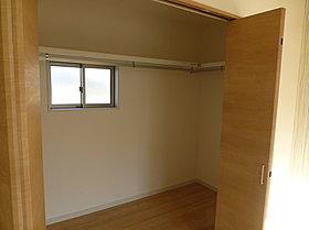 (6号棟)窓付きで明るいウォークインクローゼット