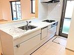 【久喜市青葉5丁目 キッチン】オープンスタイルの対面式キッチンはお子さまと一緒にお料理のできる空間です!食器運びを手伝ってもらったりと家事が楽しくなりますね!
