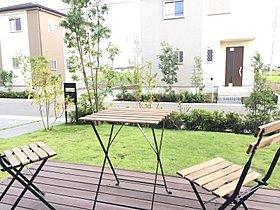 ウッドデッキを設けた約12.7坪の庭。2015年10月撮影