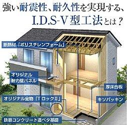 木造軸組みの自由度と、パネル工法の耐震性を兼ねそろえた工法です。徹底した工場生産(プレカット・パネル生産)の導入により、職人の技量に左右されない均質な住宅の提供を可能にしています。