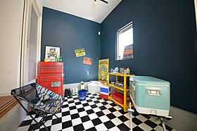 ビルトインガレージの奥に趣味室を設けるプランもあります。