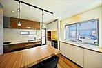 (16号地ダイニングキッチン)造作の家具とペンダントライトがアンティークでオシャレな雰囲気です。
