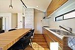 (16号地キッチン)随所に採光窓を設けた明るいキッチンが自慢です。
