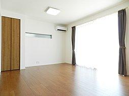 1号地主寝室:南向きの広々としたバルコニーへと繋がっています。