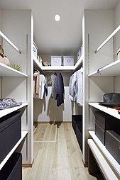 SIC(※一部住戸)や全邸に設けたWICなどの広々収納をはじめとし、各居室に収納スペースをご用意いたしました。収納スペースの使用によって、お部屋をより広く使用でき常にすっきりとした空間を維持できます。