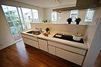 キッチンはPanasonic製で料理しやすい導線作りを工夫しています