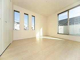 全居室2面採光の明るい空間。クローゼット完備。