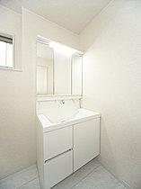 収納力と機能性に優れたお手入れラクラク三面鏡洗面化粧台♪