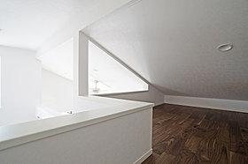 固定階段で乗降できるロフトなので、書斎などとしても使えます。