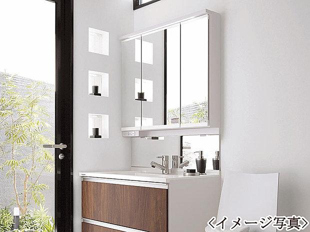 【シャワー付き洗面台】収納もあってオシャレな洗面です。ゆとりの洗面スペースで朝の身支度もスムーズにおこなえます。
