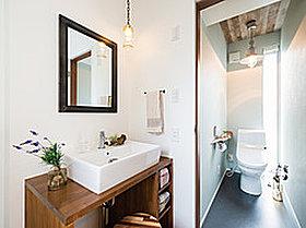 洗面カウンターも造作可能です。お気に入りの鏡も取付OK☆