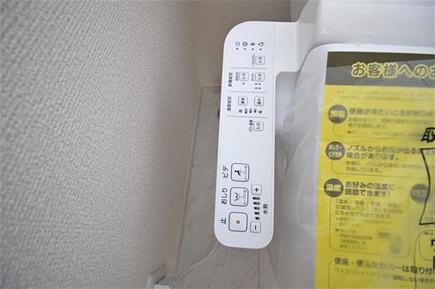 【設備】白を基調とした清潔感のあるウォシュレット付きのトイレはリラックスできる空間