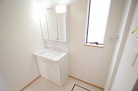 三面鏡にハンドシャワー付、使いやすい洗面台
