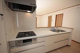 対面カウンター式のオープンキッチンは、人気を集めています。