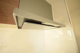 スタイリッシュな整流盤型キッチン換気扇