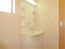 朝の忙しい時間もみんなで使える洗面室です。