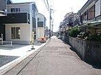 現地街並みです。明るく、開放的な街区です。道路幅も6mなのでどの区画も簡単に駐車可能です。