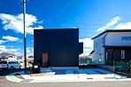 【施工事例:黒ガルバの窓がない家】 北向き正面には窓を設置せずスタイリッシュな外観に。この家のように、開口の位置を調整することで、外観のデザインだけでなく音・光や防犯などこだわりを追求することも。