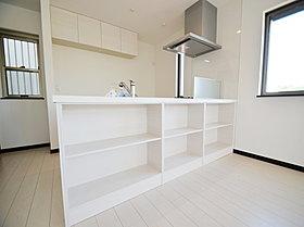 カウンターキッチンのリビング側にも収納できる棚を設置。