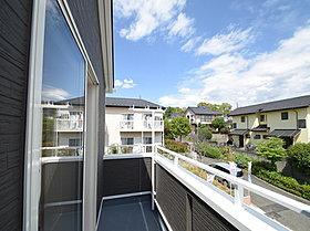 低層住宅が建ち並ぶきれいな街並みが遠くまで見渡せます。