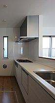 スタイリッシュな対面キッチンを採用