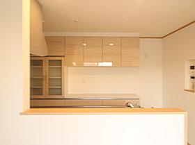 対面式のシステムキッチン。背面には使い勝手のよい収納付。