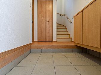上質感漂う玄関と廊下。居住者の帰り、訪れる方を優しく迎えてくれる。(A号棟)