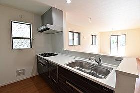 ビルトイン食洗機は、作業台が広く使え、見た目もスッキリ。