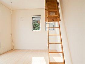 天井には広い小屋裏収納スペース