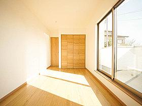 2面採光の居室は快適な光と風を取り入れます