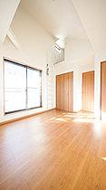 開放的な広さと2面採光がもたらす、光溢れ豊かな居住空間