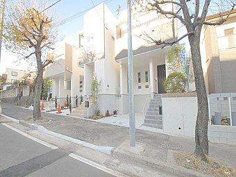 モダンでスタイリッシュなデザインが閑静な住宅街に映える住戸。