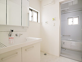 洗面台には三面鏡を採用。