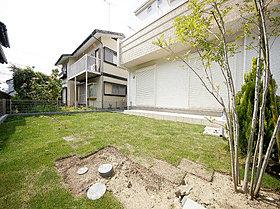 ゆったりとした敷地には、陽当りの良い広いお庭。