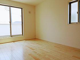 2階洋室は明るく、収納も各お部屋に配置されております。