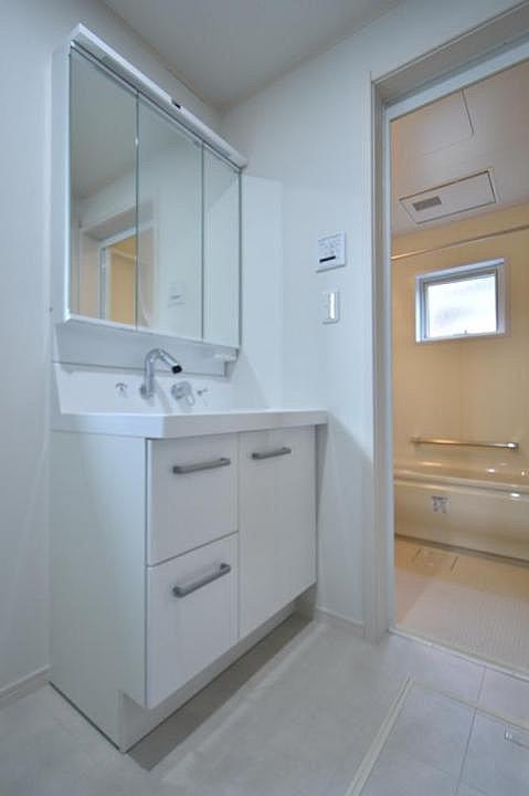 【洗面脱衣室】ゆとりの洗面スペースで朝の身支度もスムーズに