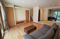 畳座はリビングと一体で使える様ソファの高さに合わせ設計。