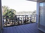 16号棟一階洋室からの景色です!ウッドデッキが庭先にありますのでゆったりとお過ごし下さい。